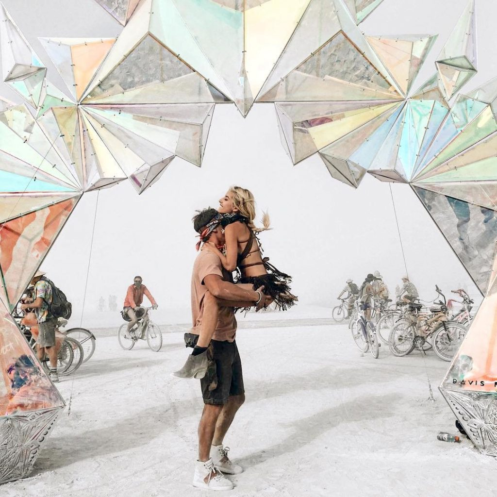 https://www.cntraveller.ru/travel/art-festival-burning-man-v-fotografiyah#gallery1/slide66946