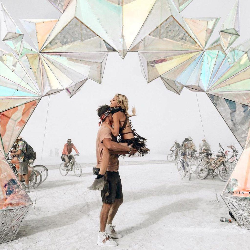 https://www.cntraveller.ru/travel/art-festival-burning-man-v-fotografiyah#gallery1/slide66946